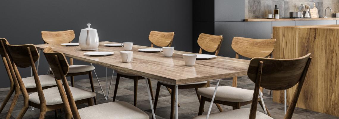 les chaises et la table de salle à manger