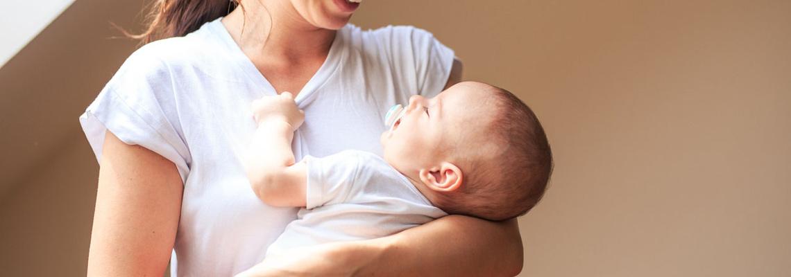 porter l'enfant dans une position naturelle